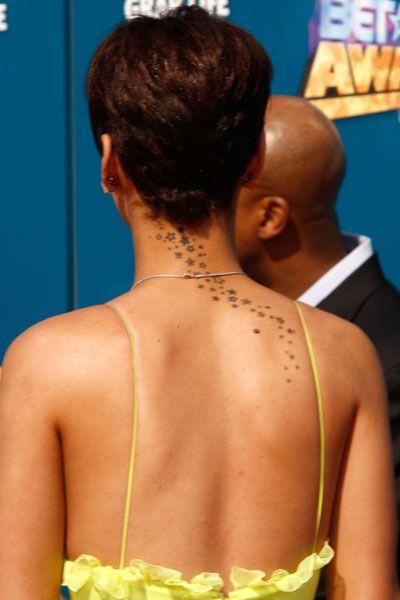 tatuagem de estrelas pequenas ao longo da nuca e costas