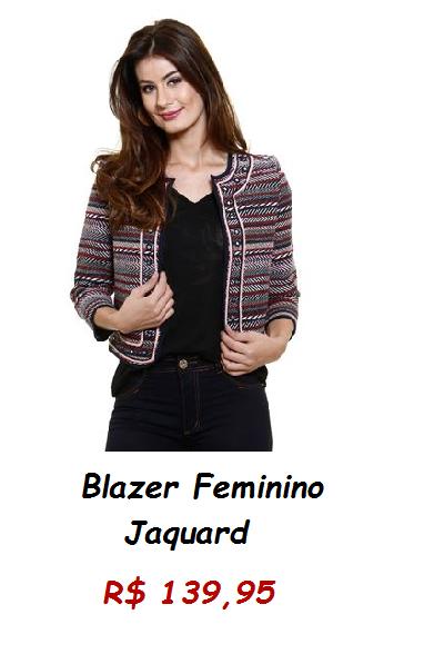 Modelo usa blazer jaquard em tons riscados, blusa e calça preta.