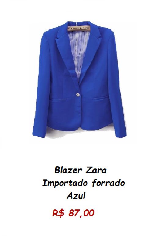 Modelo de blazer em tom de azul royal.