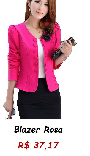 Modelo usa blazer cor de rosa, blusa branca e saia preta.