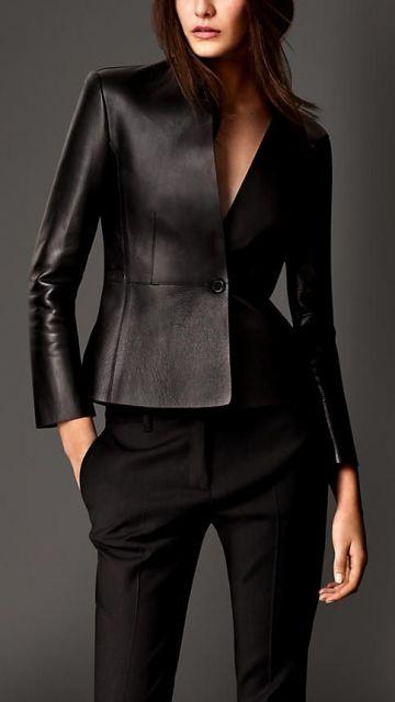 Modelo usa blazer em couro, com calça preta de alfaiataria.
