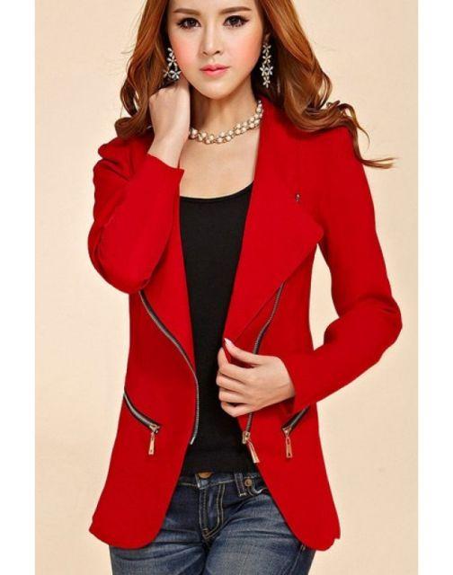 Modelo usa look , blazer vermelho, blusa preta, calça jeans.
