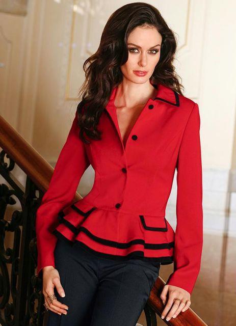 Modelo usa blazer acinturado vermelho e preto.