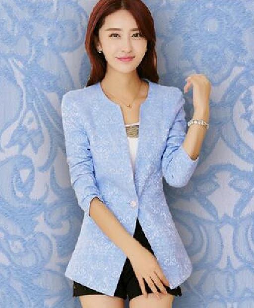 Modelo usa blazer azul claro, saia preta e blusa branca.