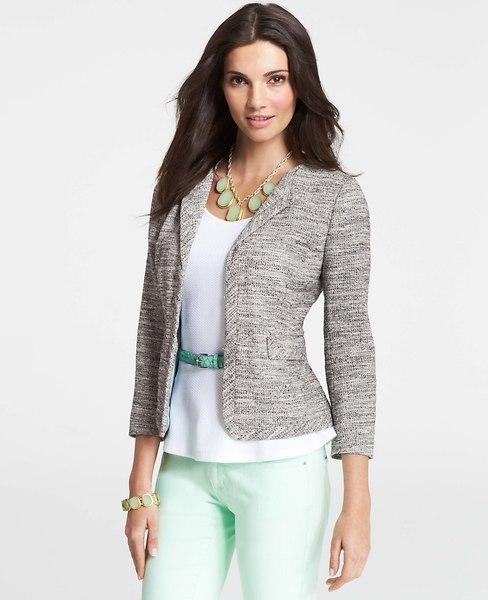 Modelo veste calça verde agua, blusa branca e blazer cinza meia manga.