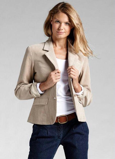 Look com calça jeans, blusa branca e blazer bege.