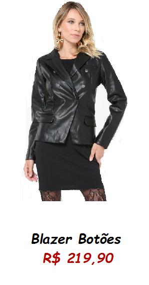 Modelo veste jaqueta de couro, saia preta e meia transparente.