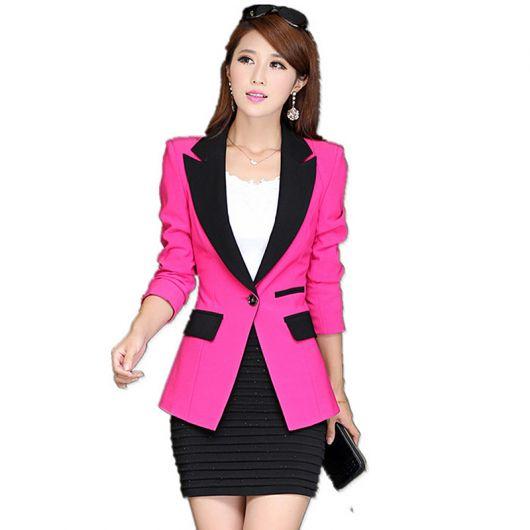Modelo usa saia preta e blusa branca com blazer rosa choquer.