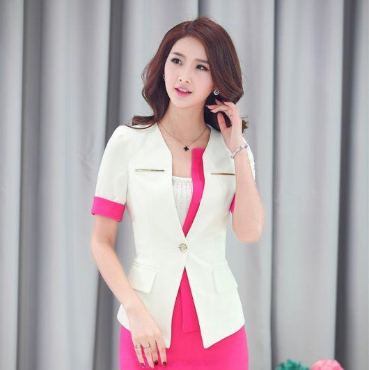 Modelo usa vestido rosa e blazer branco.