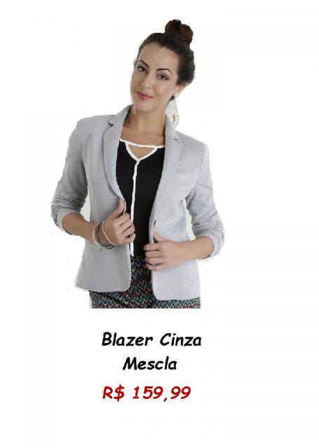 Modelo usa blazer cinza com blusa preta.