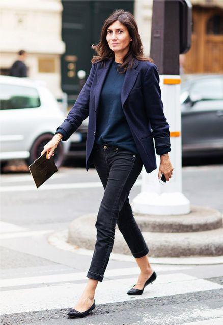 Modelo usa calça jeans, sapatilha, blazer azul e blusa azul.