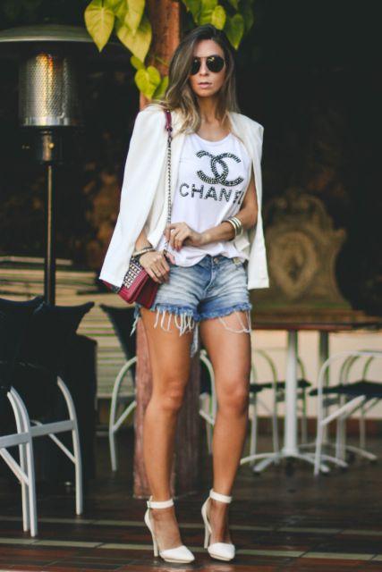 Modelo usa blusa branca, shor,t jeans e spadrille branca.