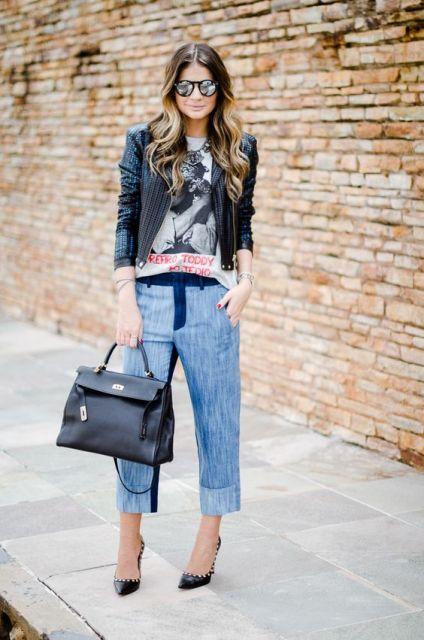 Modelo veste calça, blusa estampada, blazer e bolsa e sapato preto.