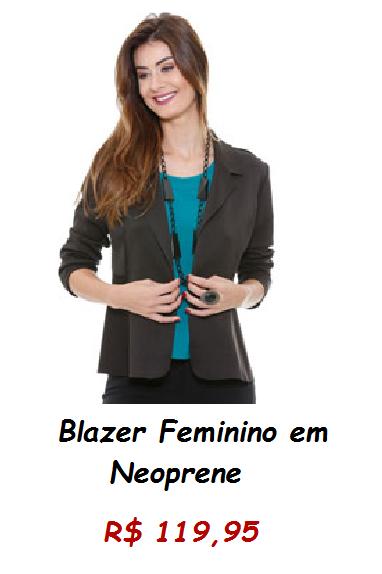 Modelo usa blazer preto neoprene, blusa azul e calça preta com colar no mesmo tom.