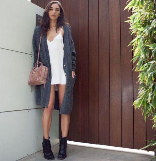 Modelo usa slip Dress branco, blazer de la cinza e ankle boot preta.