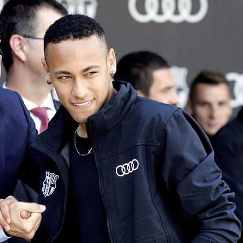 Neymar usando cabelo curto e crespo.