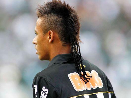 Neymar com cabelo moicano com tranças finas na parte de trás da cabeça.