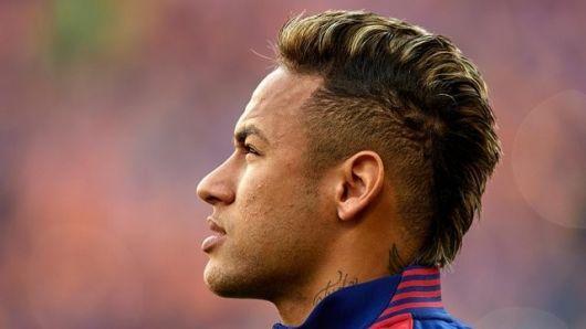 Neymar com cabelo moicano com luzes
