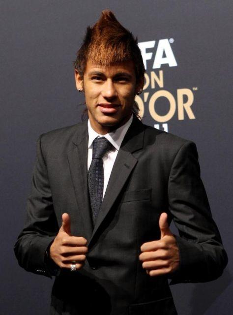 Neymar com cabelo moicano avermelhado