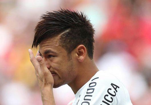 Neymar com cabelo cortado nas laterais com marcação e espetado em cima