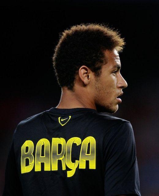 Neymar com cabelo quase natural, com alguns resquícios dos alisamentos