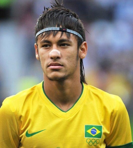 Neymar com o cabelo comprido com franja e headband.