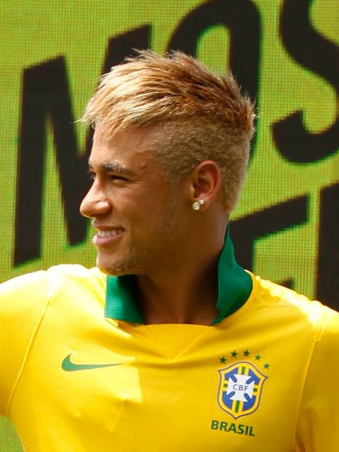 Neymar com cabelo loiro com topete