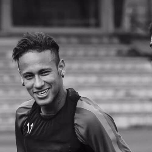 Neymar com cabelo curto penteado para o lado