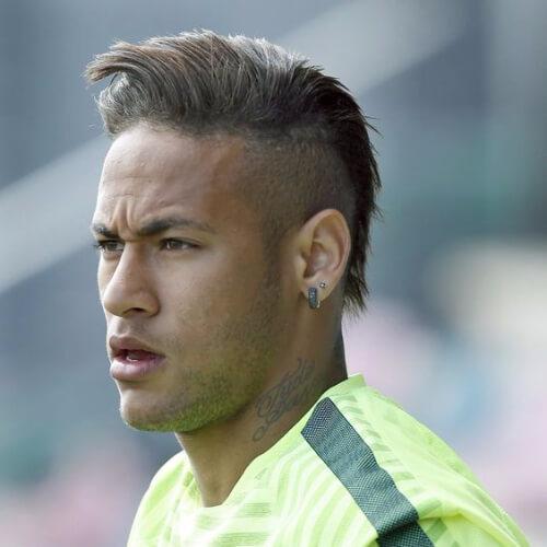 Neymar com cabelo estilo moicano penteado para o lado