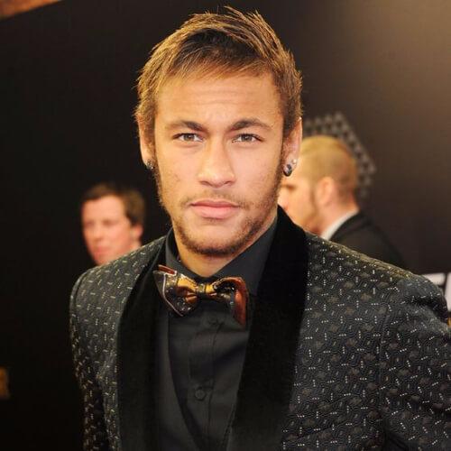 Neymar com cabelo e barba cor de mel