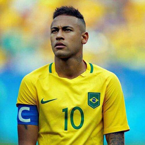 Neymar com cabelo raspado na lateral e corte baixo em cima.