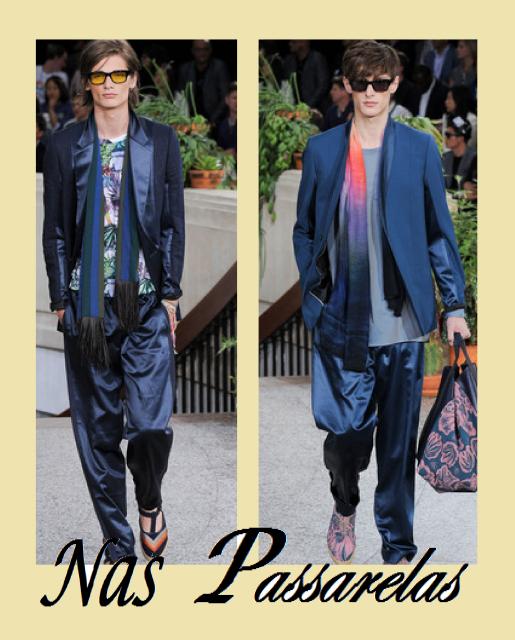 Modelos vestem echarpe masculina,com calça azul de seda e blazer social azul.