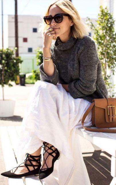 Modelo com saia branca, blusa inverno, gola rolê e sapatilha preta de amarrações