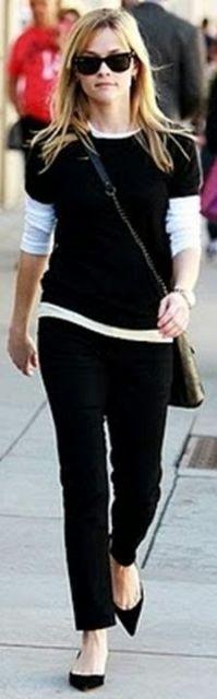 Modelo veste calça preta em veludo, blusa no mesmo tom e sapatilha de bico preta.