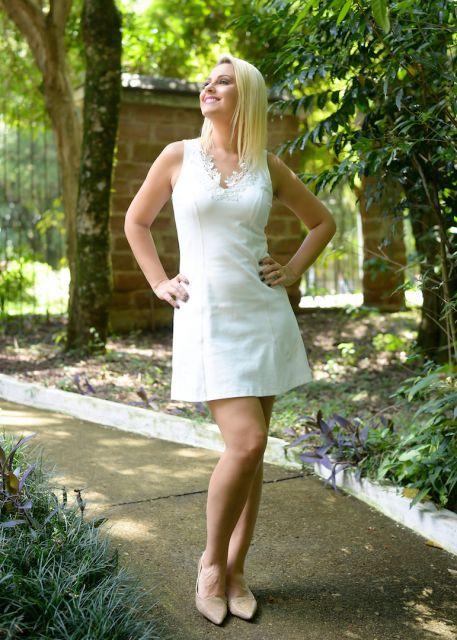Modelo usa vestido regata branco com sapatilha bege.