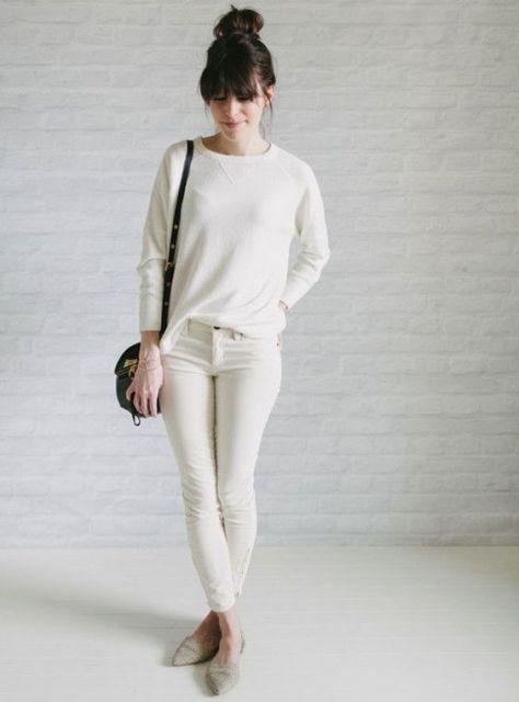 Modelo usa calça, blusa branca com bolsa nude e sapatilha no mesmo tom.