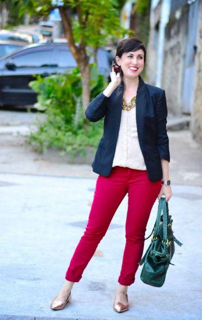 Modelo usa calça vermelha, blusa branca e blazzer no mesmo tom.