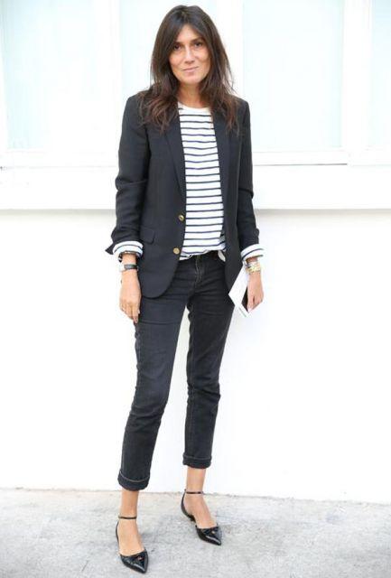 Modelo usa calça jeans skinny, sapatilha preta, blusa listrada e blazzer preto.