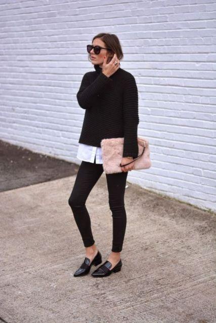 Modelo usa calça legging preta sapatilha preta de bico, blusa preta de lã e carteira peluda rosê.