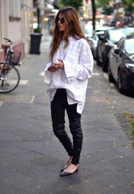 Modelo usa camisao branco, calça preta e sapatilha preta.