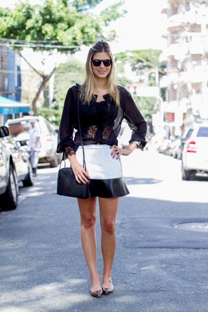 Modelo usa saia preta e branco, com blusa preta, bolsa e sapatilha marrom.