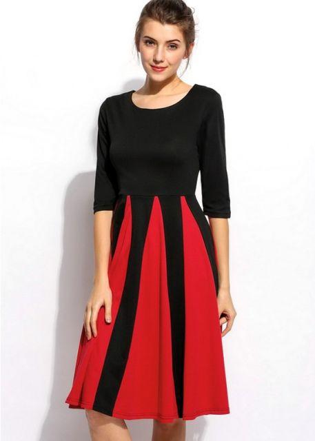 Modelo veste vestido preto com detalhes na saia evasê em vermelho.