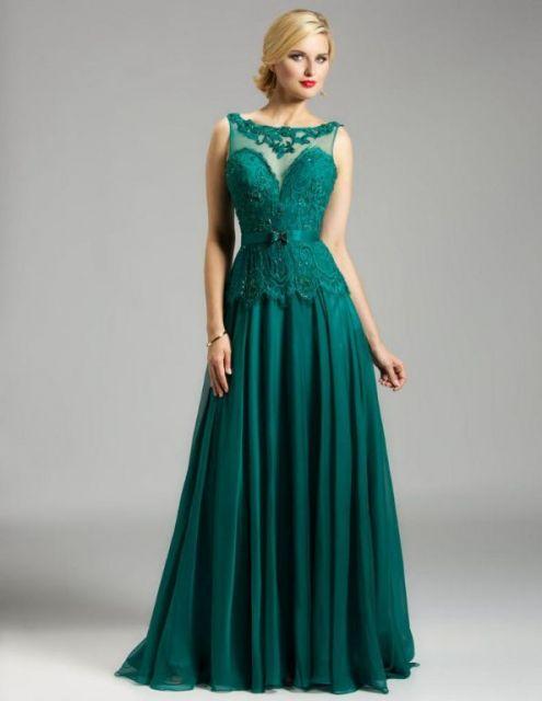 Modelo veste vestido verde longo, com detalhe em tule e transparencia.