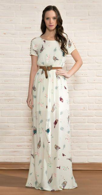 Modelo usa vestido branco com estampa sutil e cintinho cor terra.
