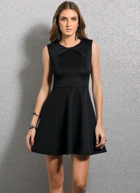 Modelo veste vestido preto regatinha, simples.
