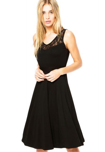 Modelo veste vestido preto godê com detalhe de renda preta.
