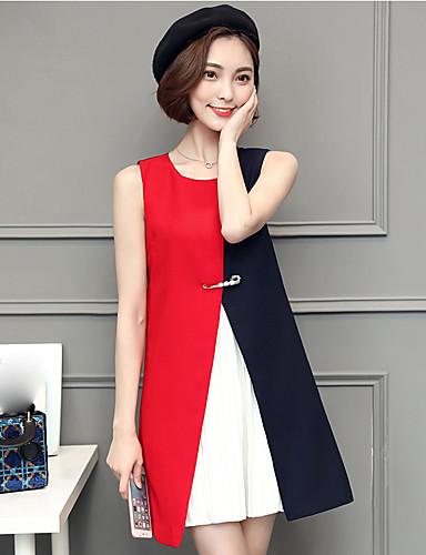 Modelo usa vestido colorido evase em tons de vermelho, branco e preto.