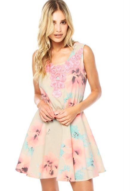 Modelo usa vestido rosa com flores, modelo regatinha.