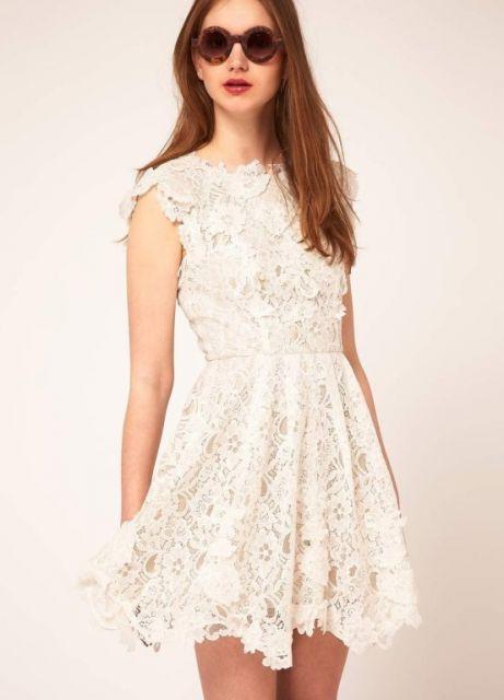 Modelo usa vestido branco de renda, sem mangas.