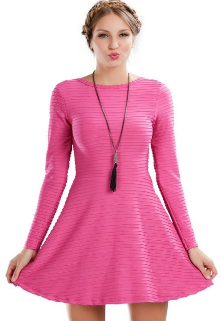 Modelo usa vestido rosa manga longa em tecido mais pesadinho.